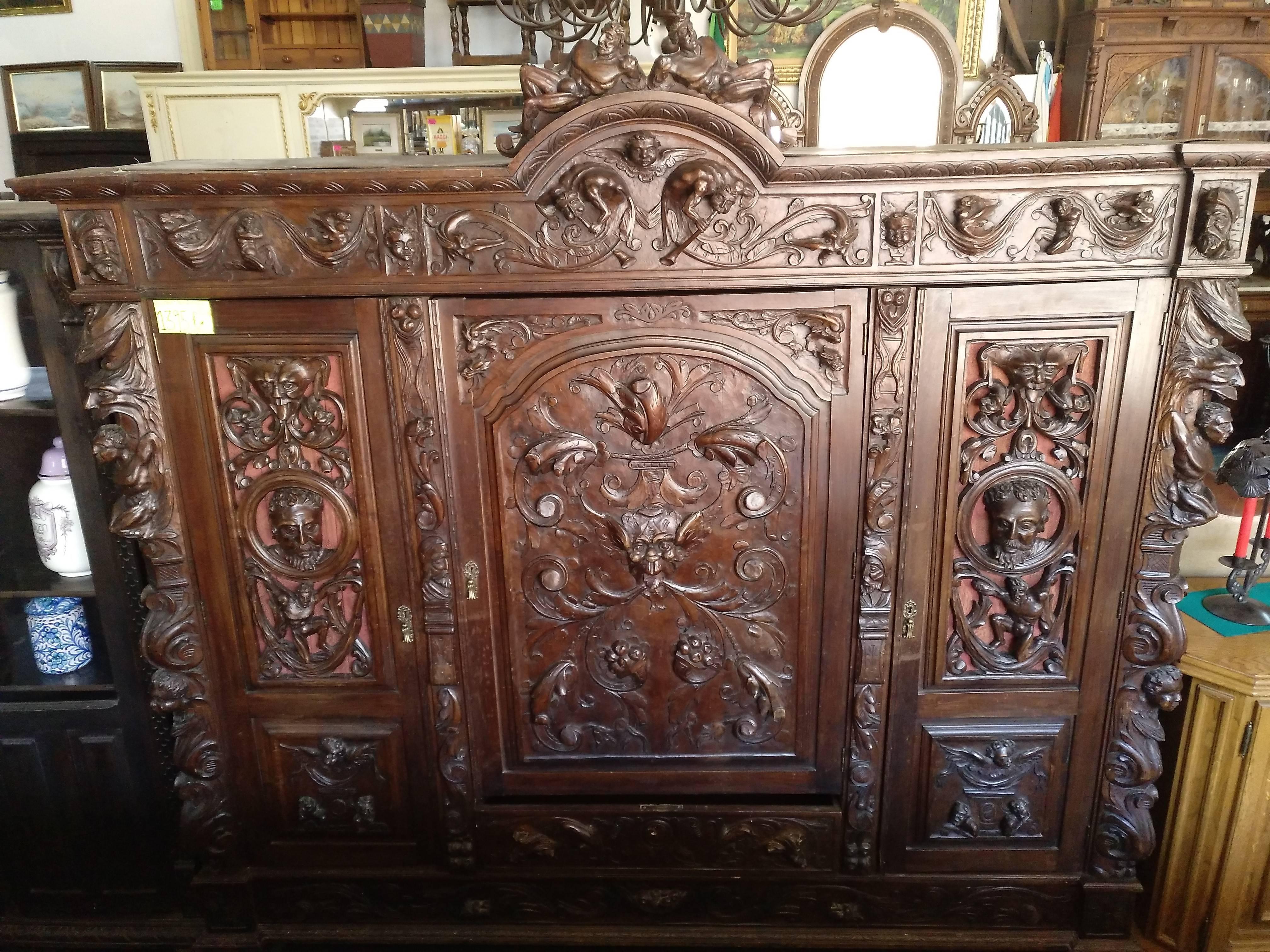 Mueble renacentista tallado a mano 1