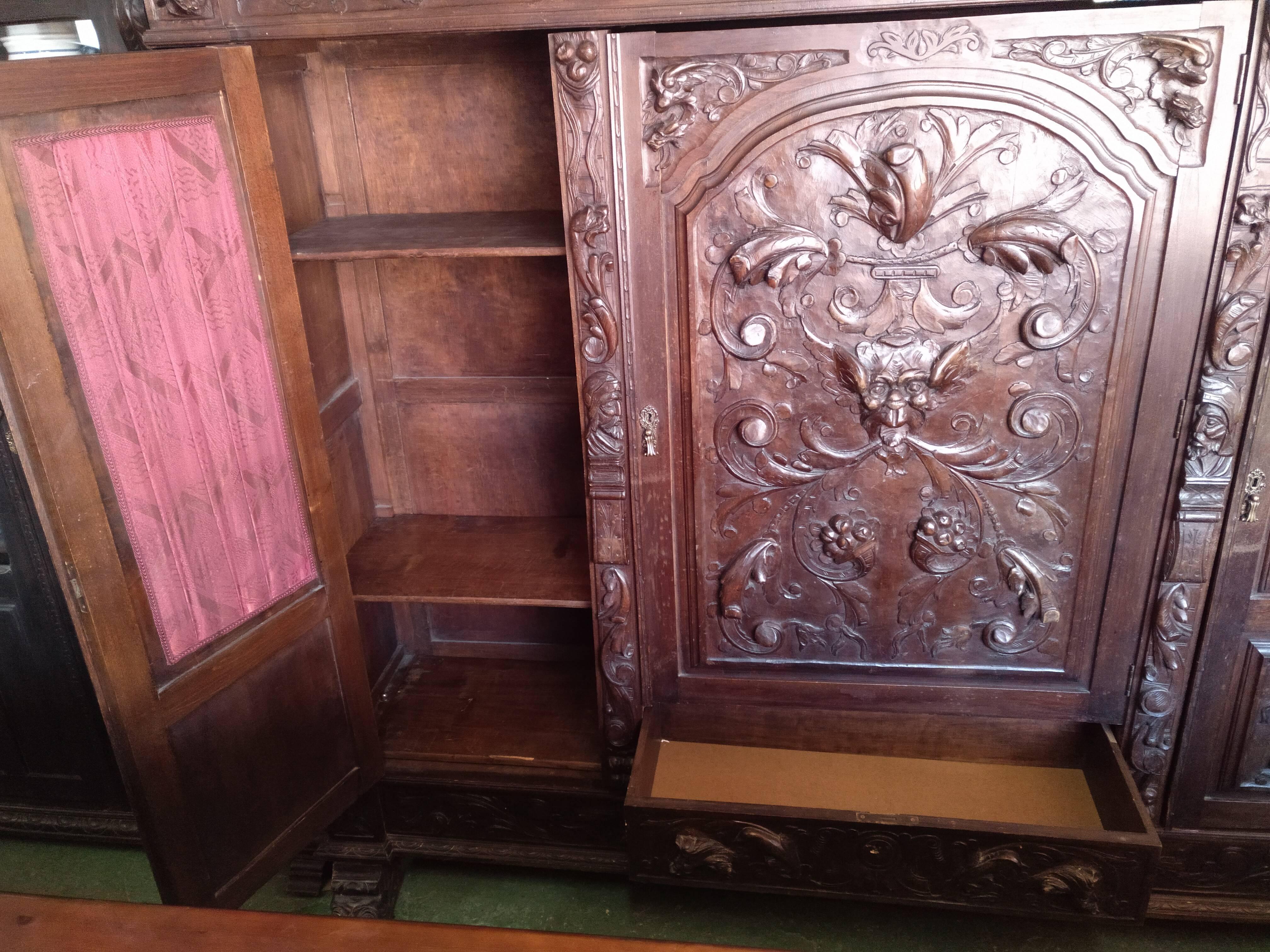 Mueble renacentista tallado a mano 3