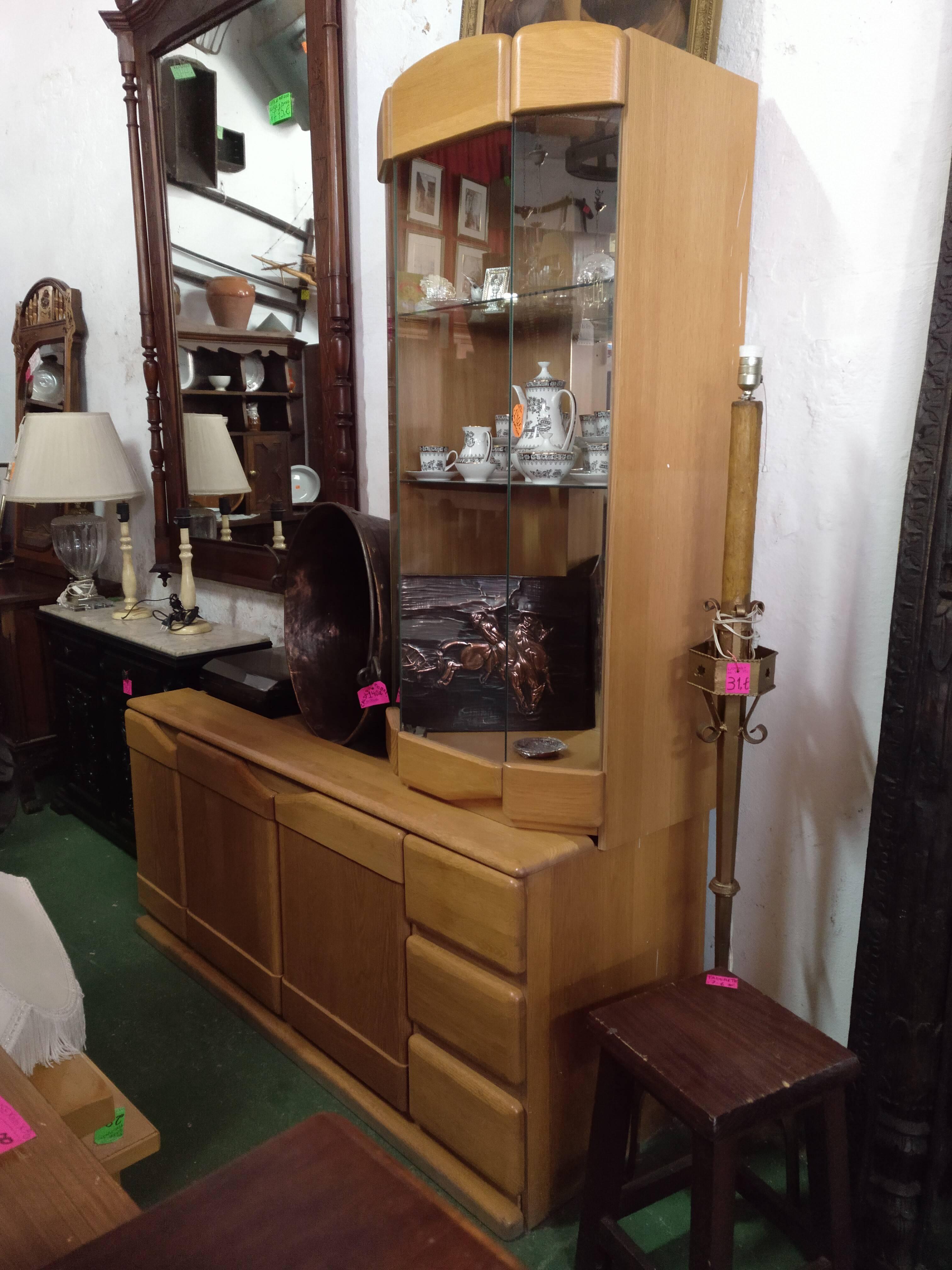 Mueble de roble con vitrina