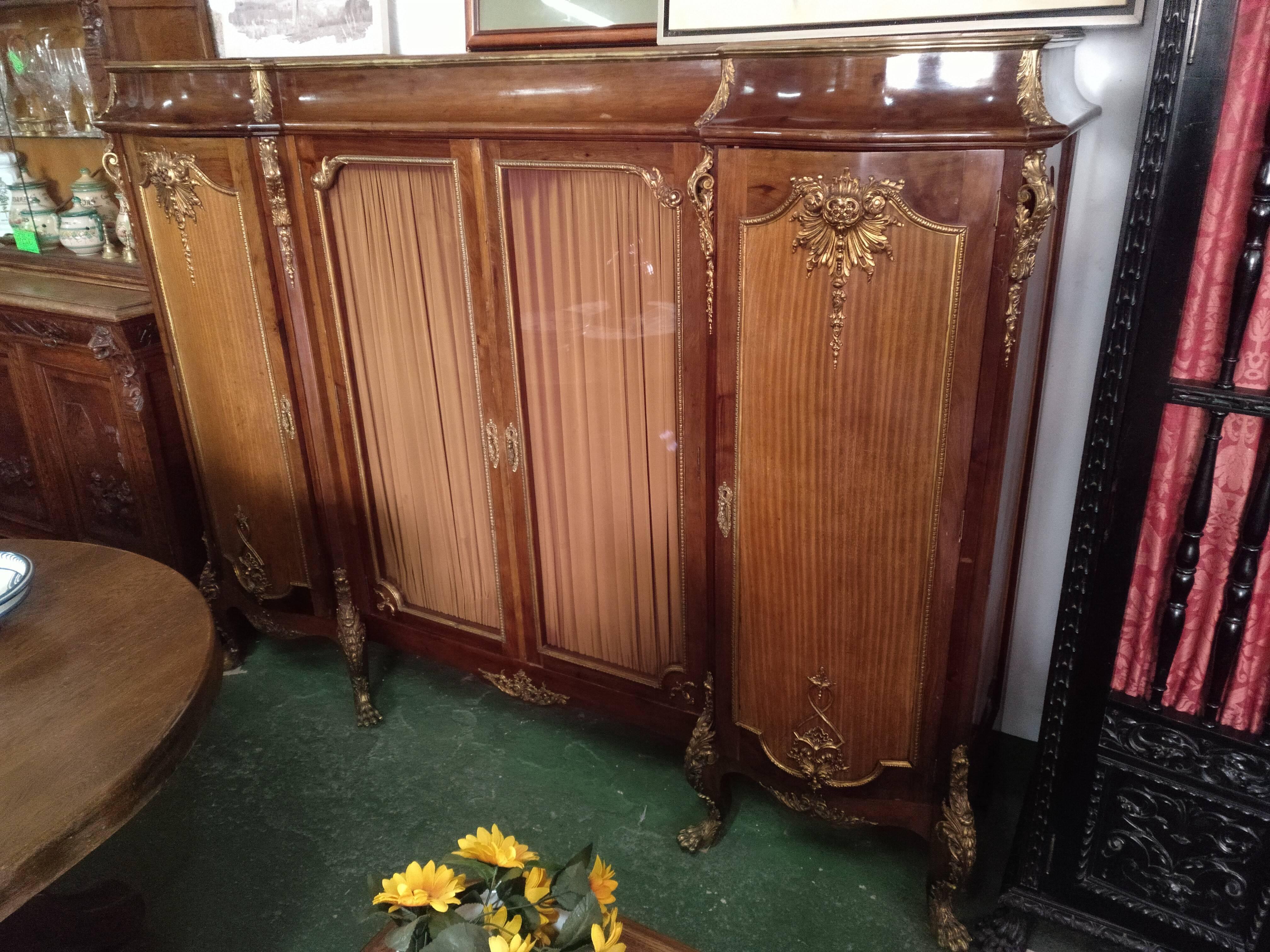 Mueble de madera de nogal de cuatro puertas