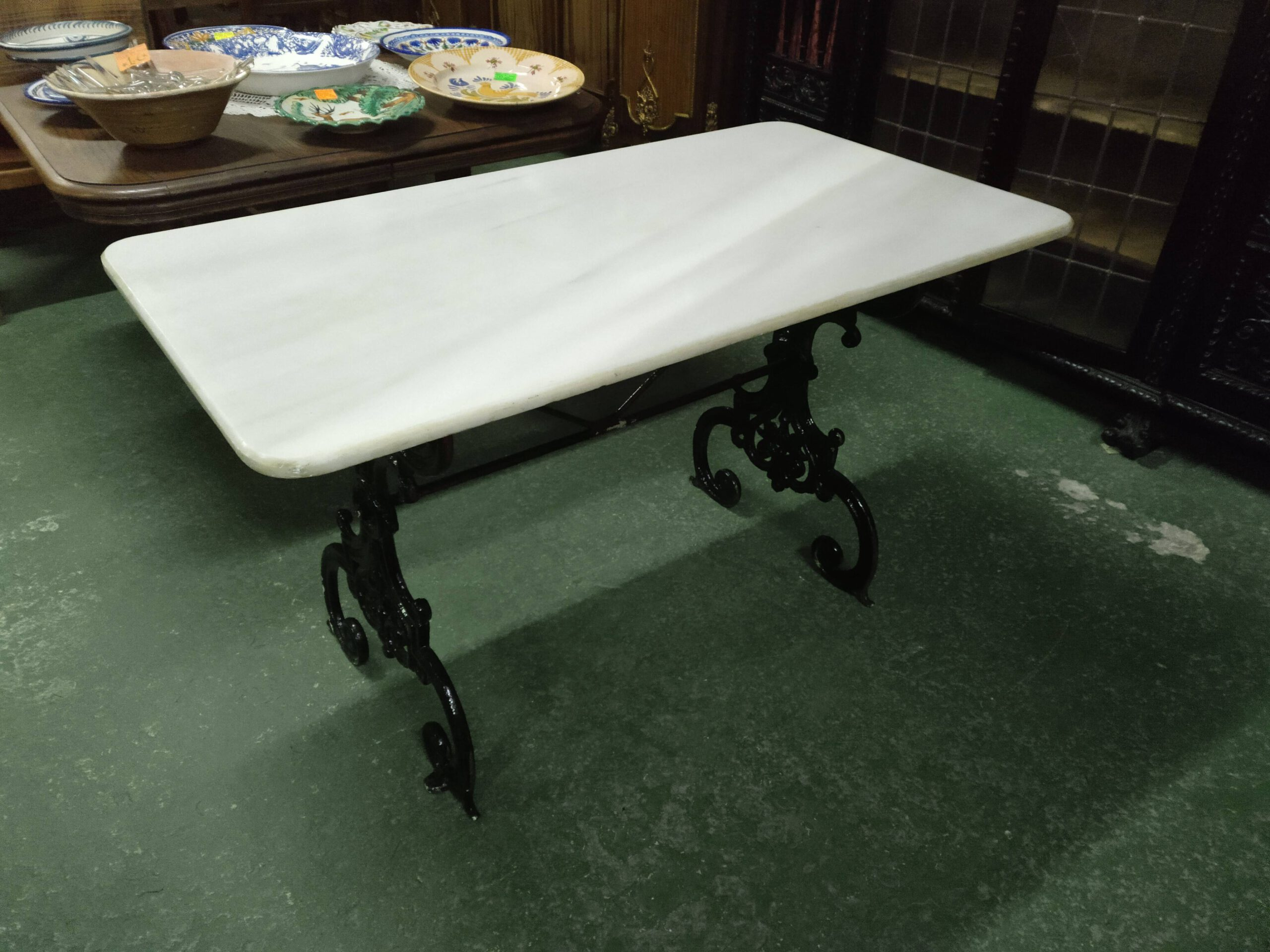 Mesa con pie de forja y mármol 1