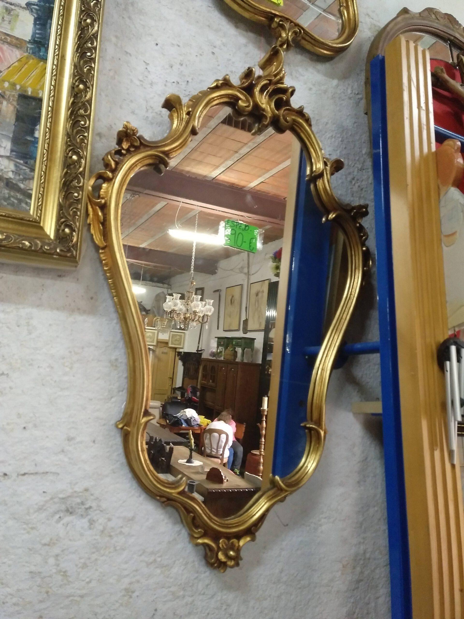 Espejo de madera con copete